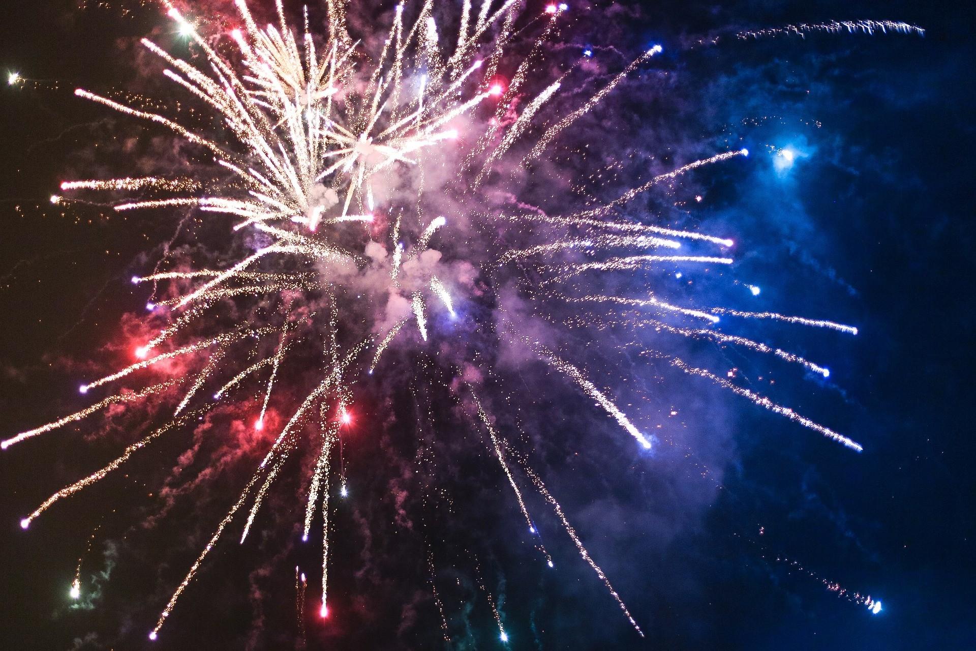 fireworks-865104_1920.jpg